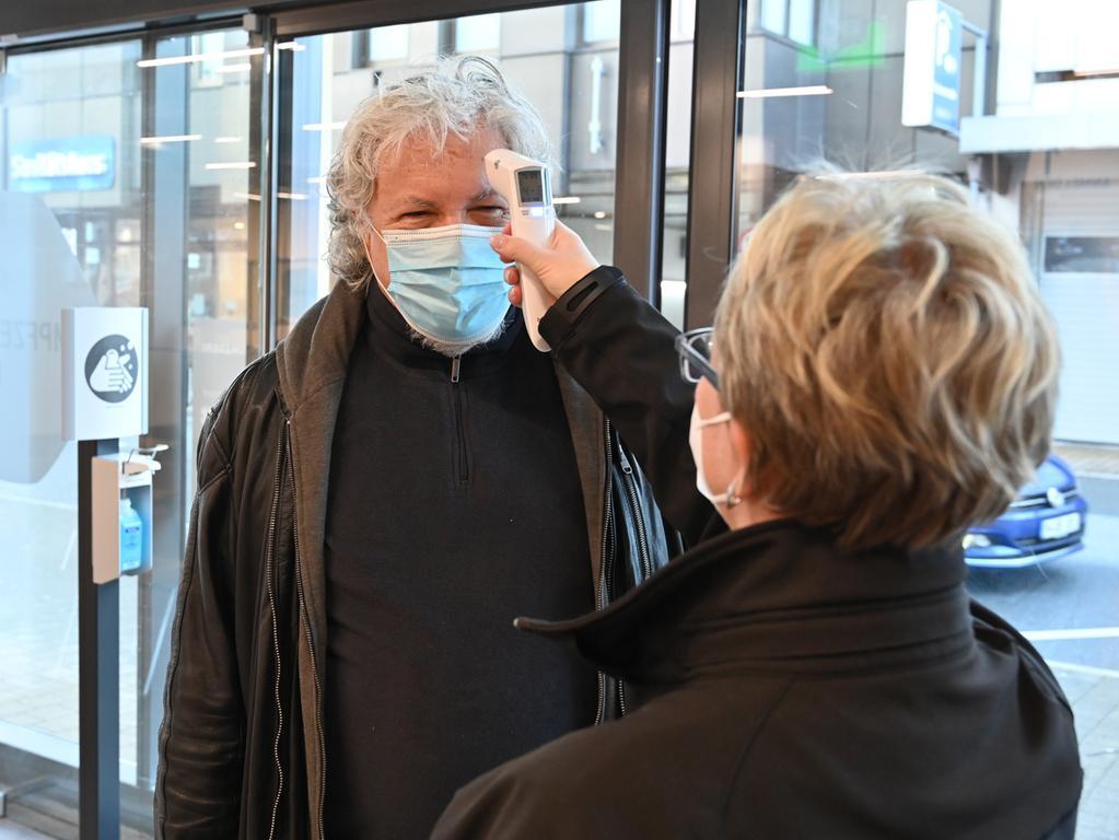 Im Erlanger Impfzentrum wurden die ersten Patienten geimpft, überwiegend Mitarbeiter der Rettungsdienste. Am Eingang wurde Temperatur gemessen..Foto: Klaus-Dieter Schreiter