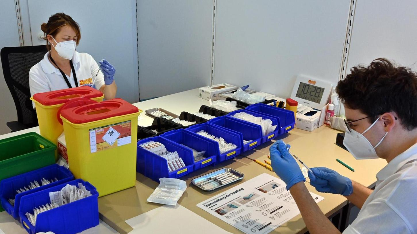 Im Impfzentrum in der Sedanstraße sind die ASB-Teammitglieder Sonja Fees und Louis Töllner für das Aufziehen der Impfstoff-Spritzen verantwortlich.