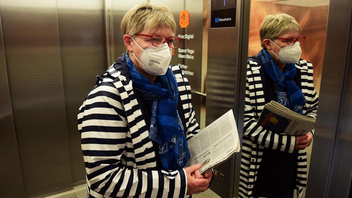 Wenn der Mindestabstand in Betrieben nicht eingehalten werden kann – etwa im Fahrstuhl – braucht es weiterhin eine Maske.