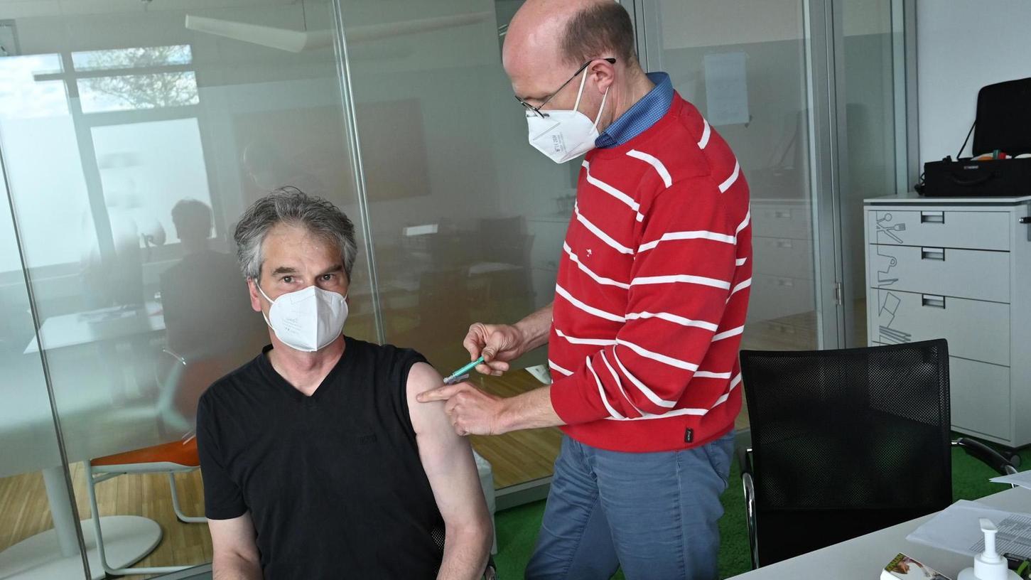 Der Betriebsarzt hat aus seinem Kontingent die Reihenimpfung bei der Davero Dialog GmbH ermöglicht: Hier impft Dr. Jan Sagkob den Mitarbeiter Jan Schwope.