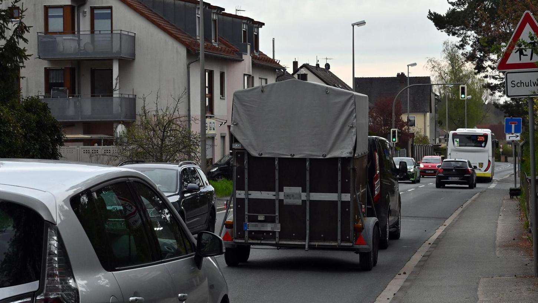 Tagtäglich wälzt sich eine laute Blechlawine durch die Röttenbacher Straße in Dechsendorf. Nun wird nach Abhilfen gesucht.