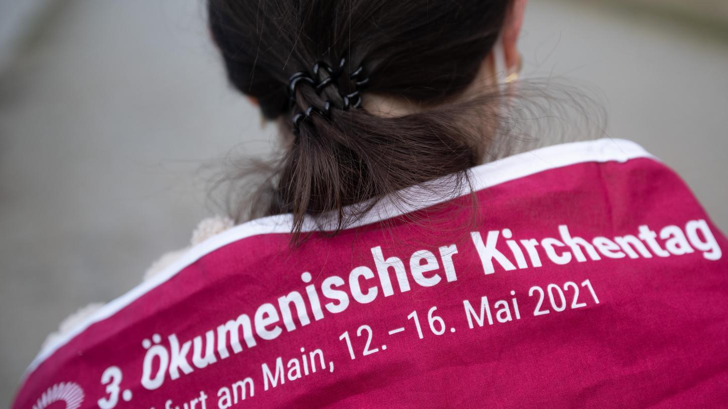 Eine Teilnehmerin beim 3. Ökumenischen Kirchentag, der an diesem Wochenende in Frankfurt stattfindet - wegen der Corona-Pandemie überwiegend indigitalen Formaten. Das soll 2023 in Nürnberg wieder anders werden.