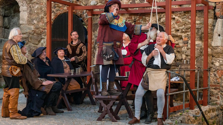 """Szene vom Eppelein-Festspiel in Burgthann: Im """"Schwarzen Kreuz"""" zu Postbauer-Heng terrorisieren der Raubritter (Mi.) und seine Bande letztmals die Kaufleute."""