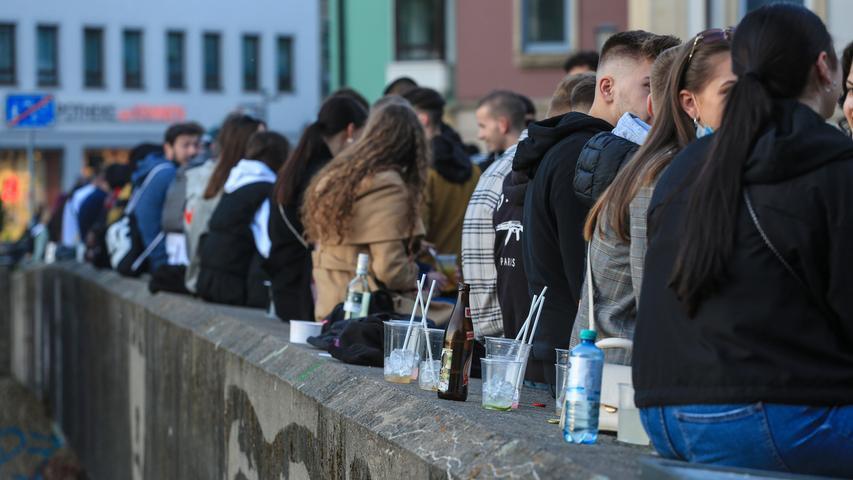 Ohne Masken und Abstand: Hunderte Feiernde in Bamberg