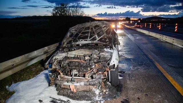 Als der Pkw auf der A 3 zu brennen begann, brachte die Fahrerin noch ihre Katze in Sicherheit. Der Mazda brannte völlig aus.