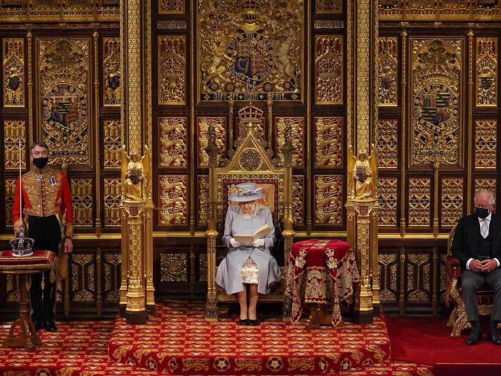 Königin Elizabeth II hat die neue Sitzungsperiode des britischen Parlaments eröffnet. Statt Krone trug sie diesmal nur Hut. Sie war die einzige im Thronsaal ohne Maske.
