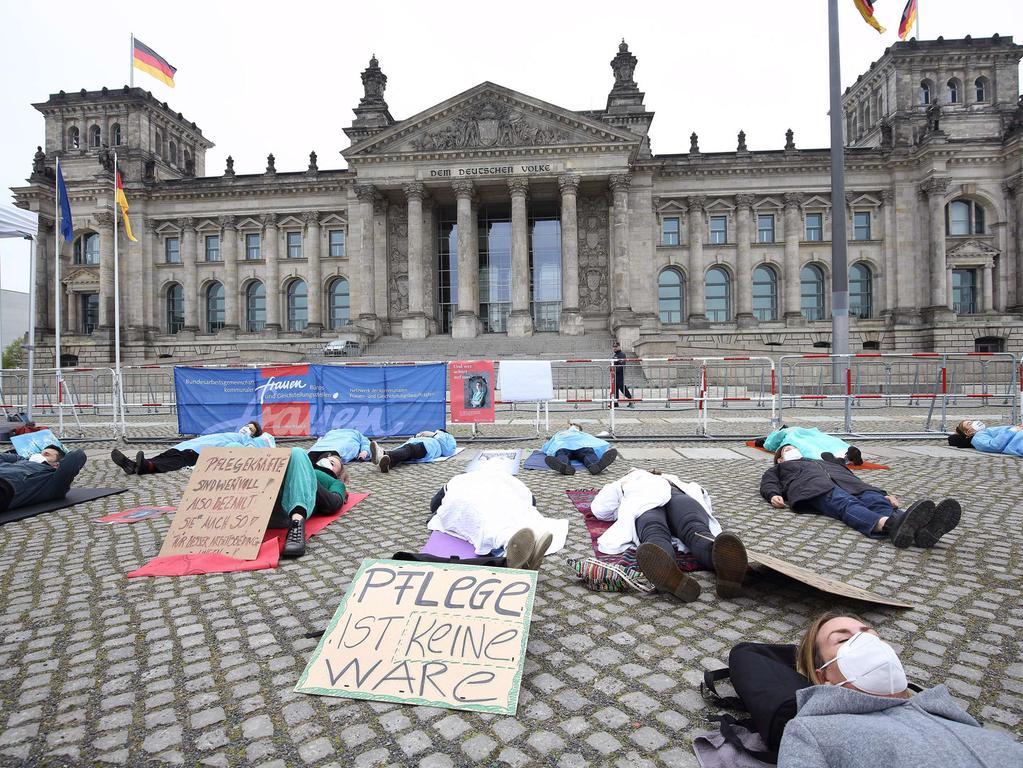Zum Internationalen Tag der Pflege haben Branchenvertreter mit einer Protestaktion vor dem Bundestag auf Missstände im Pflegebereich aufmerksam gemacht. Unter dem Motto