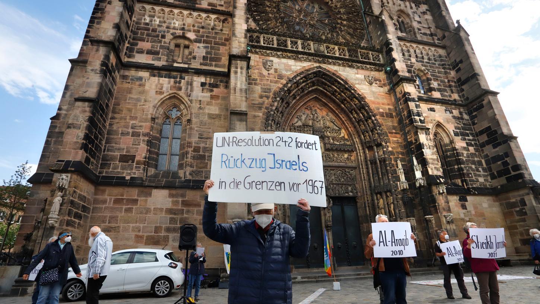 Vor der Lorenzkirche und auf dem Jakobsplatz demonstrierten etwa 200 Menschen.