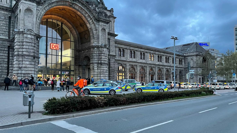 Mehrere Streifenwagen der Polizei parkten am Samstagabend vor dem Hauptbahnhof.