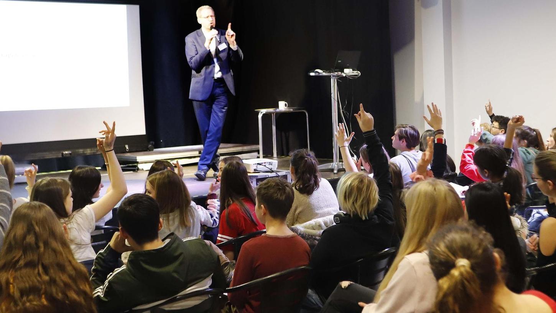 """In Jugendkonferenzen (hier ein Foto aus dem Jahr 2019) können Jugendliche in Herzogenaurach ihre Anliegen loswerden. Eine Umfrage des """"rabatz"""" hat jetzt ergeben, dass die jungen Leute mit den Angeboten in Herzogenaurach durchaus zufrieden sind. Bald soll es auch ein Jugendparlament geben."""