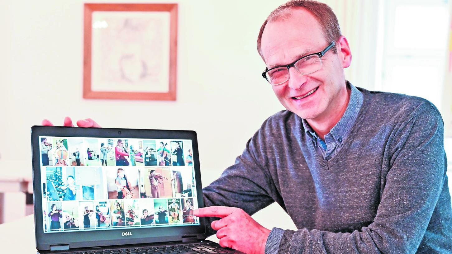Musikschulleiter Burkhard Freimuth zeigt auf das Video der Bremer Kammerphilharmonie, das als Vorbild für das geplante Online-Projekt der Hilpoltsteiner Musikschule dient.