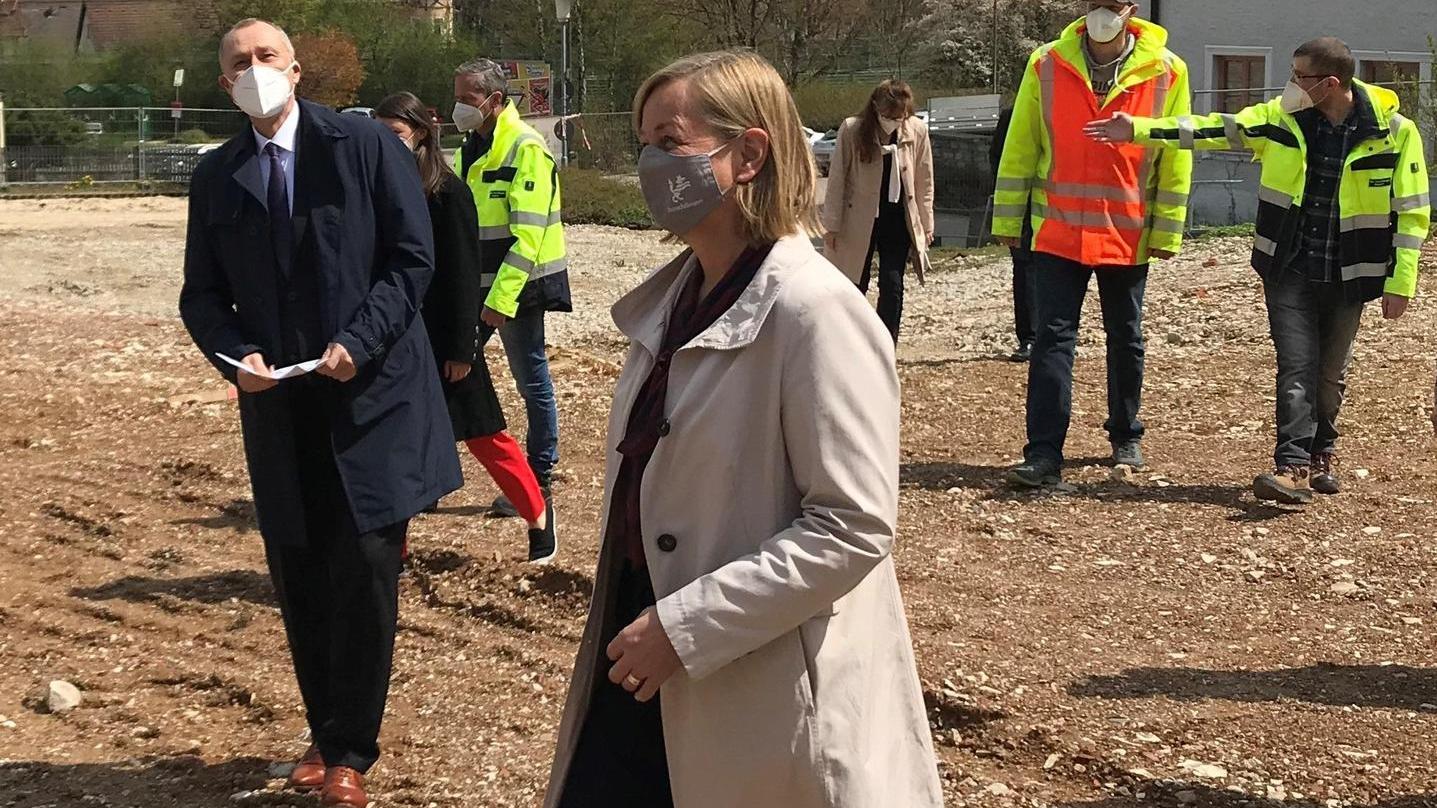 Bürgermeisterin Kristina Becker übergab vor wenigen Tagen offiziell das Gelände des ehemaligen Krankenhauses an Vorstand Dr. Matthias Keilen.