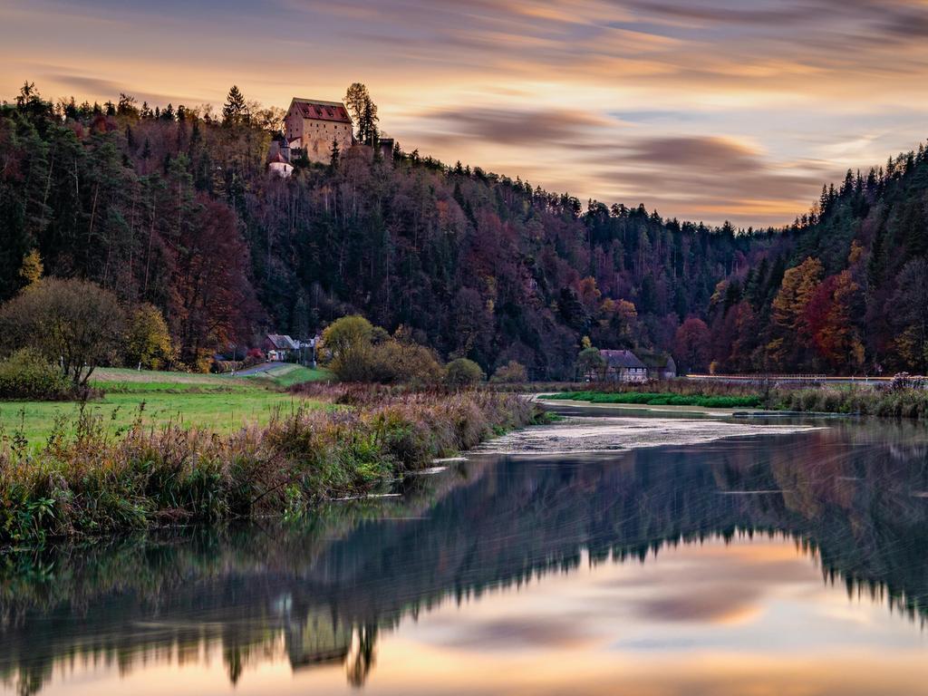 """Fotowettbewerb Waischenfeld: 1. Platz: Foto-Nr. 7 mit 21 Punkten / Titel: """"Burg Rabeneck Sonnenuntergang im Herbst"""" / Kategorie: Landschaft / Natur. Foto: Thorsten Lehmann aus Ebermannstadt"""