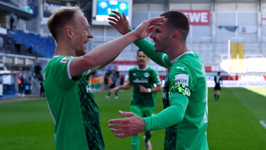 16.05.2021 --- Fussball --- Saison 2020 2021 --- 2. Fussball - Bundesliga --- 33. Spieltag: SC Paderborn 07 SCP  - SpVgg Greuther Fürth ( Kleeblatt ) --- Foto: Sportfoto Zink / WoZi --- DFL regulations prohibit any use of photographs as image sequences and/or quasi-video - only for editorial use ---   Torjubel Jubel Freude nach Treffer Tor Torschuß zum 1:2 durch Branimir Hrgota (10. SpVgg Greuther Fürth ) - Havard Nielsen (16, SpVgg Greuther Fürth ) Branimir Hrgota (10. SpVgg Greuther Fürth )