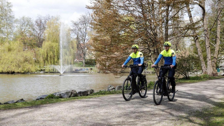 Neben ihrer Tätigkeit im uniformierten Streifendienst zu Fuß und per Auto sind diese Beamten künftig auch mit den neuen Dienstfahrrädern in Bayreuth unterwegs.