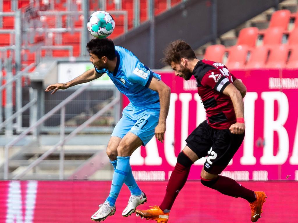 Gerrit Holtmann VFL Bochum, 21 im Kopfballduell mit Enrico Valentini 1. FC Nuernberg, 22 GER, 1.FC Nuernberg vs. VFL Bochum 1848, 2.Bundesliga, Fussball, 16.05.2021, 33.Spieltag, Saison 2020/2021 DFL REGULATIONS PROHIBIT ANY USE OF PHOTOGRAPHS AS IMAGE SEQUENCES AND/OR QUASI-VIDEO - NATIONAL AND INTERNATIONAL NEWS-AGENCIES OUT EDITORIAL USE ONLY 1.FC Nuernberg vs. VFL Bochum 1848, 2.Bundesliga, Fussball, 16.05.2021, 33.Spieltag, Saison 2020/2021 Nuernberg Copyright: xEibner-Pressefoto/RogerxBuerkex EP_EER