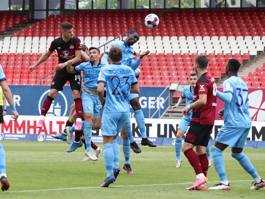 16.05.2021 --- Fussball --- Saison 2020 2021 --- 2. Fussball - Bundesliga --- 33. Spieltag: 1. FC Nürnberg FCN ( Club ) - VfL Bochum --- Foto: Sportfoto Zink/DaMa --- DFL regulations prohibit any use of photographs as image sequences and/or quasi-video - only for editorial use ---   Tom Krauß Krauss (14, 1. FC Nürnberg / FCN ) mit Kopfball