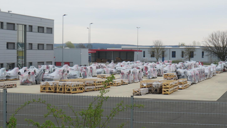 Speditionsgut, Agrarmaschinen eines Kunden, lagern auf dem ehemaligen Gelände der Firma KabelMeinhart, das jetzt die Firma Peetz nutzt.