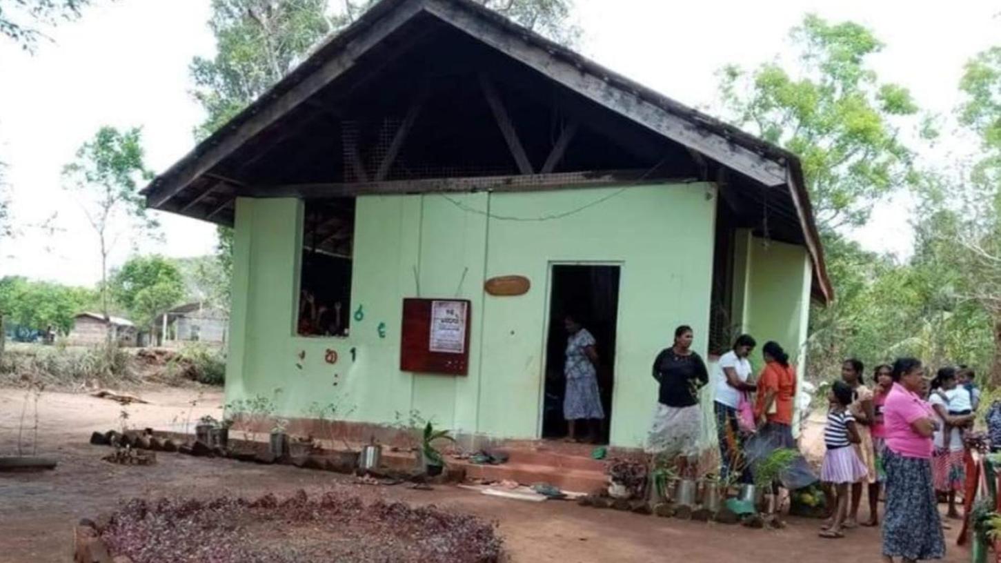 Diese Aufnahme zeigt den alten Kindergarten in Anuradhapura, Thalawa. Das Gebäude ist stark einsturzgefährdet und wird daher nicht mehr benutzt. Rita Franz plant hier einen Abriss mit anschließendem Neuaufbau.
