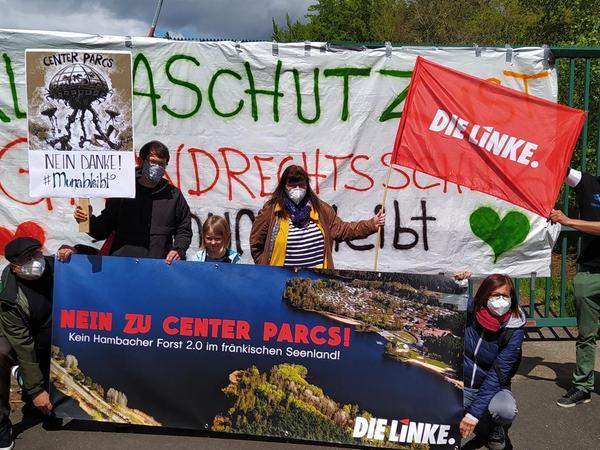 Breites Bündnis: Gegen den Bau des Freizeitparks demonstrierten am Sonntag rund 400 Menschen, darunter neben BI-Vertretern Mitglieder von BN, der Grünen, der Linken und der ÖDP.