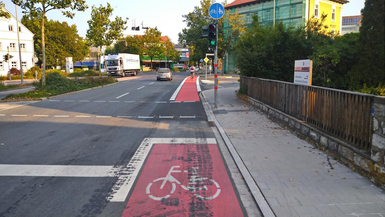 An der Kreuzung Regensburger/Weinberger Straße wurde die Verkehrsinsel zurückgebaut und der Radweg durch eine rotmarkierte Furt ergänzt.