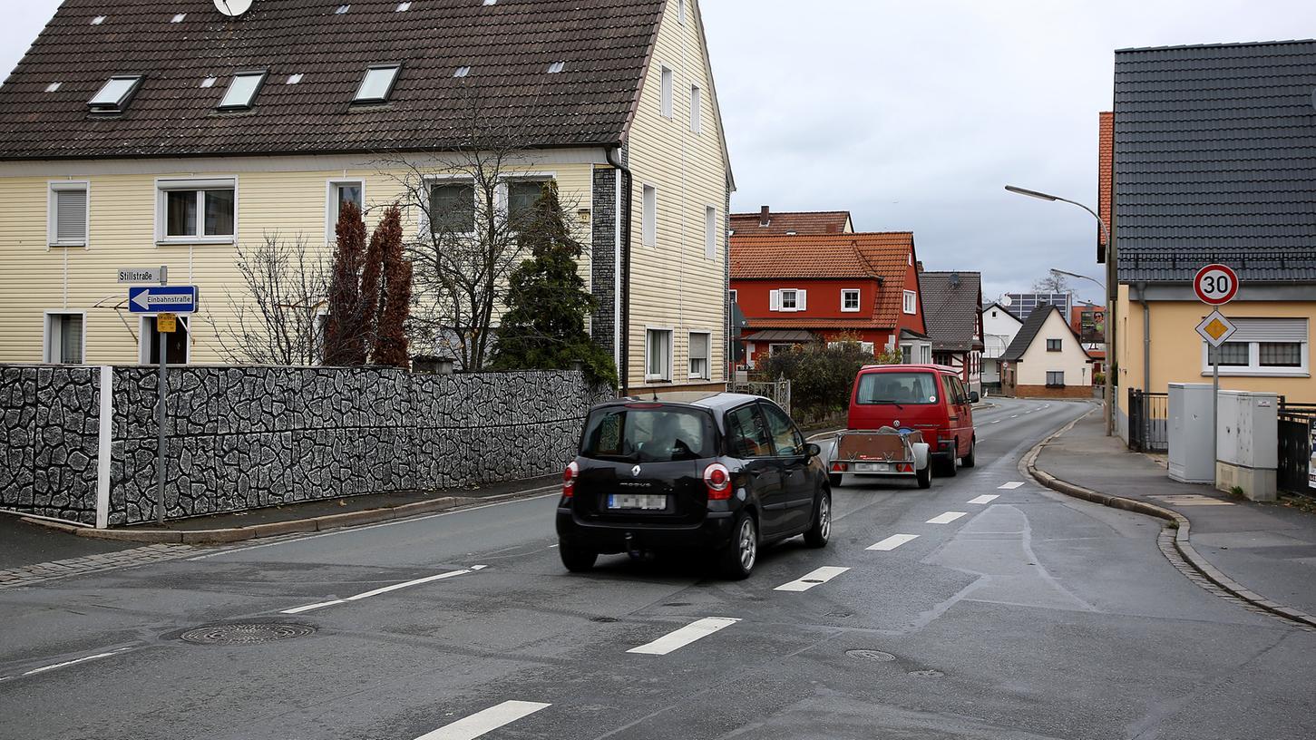 Die Tempobeschränkung in der Burker Ortsdurchfahrt beginnt und endet momentan auf Höhe der Stillstraße (li.). Das andere Ende wird vom früheren Autohaus Dürbeck markiert.