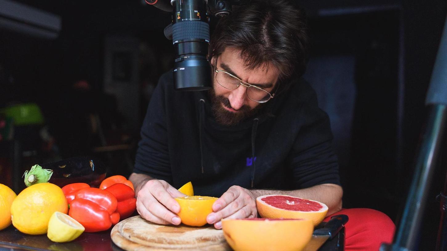"""Erweckte Lebensmittel auf ganz besondere Weise zum Leben: Ariel Doron in seiner interaktiven Show """"Küchenspiele""""."""