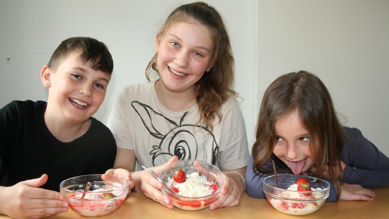Johannes, Sophia und Eva zaubern in ihrer Küche ein eigenes Eis und verraten in der Kinderzeitung