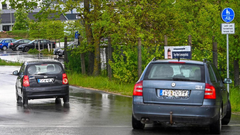 Die Linie ist eindeutig durchgezogen, auch das Schild ist eindeutig: Fuß- und Radweg. Doch die Verlockung einer Abkürzung ist größer als das Schuldbewusstsein, deswegen ignorieren Autofahrer regelmäßig die Vorschriften vor dem Pilatus-Hof.