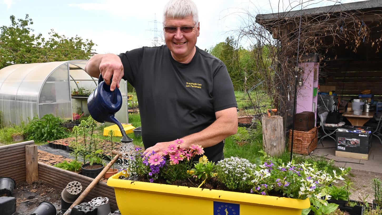 Stefan Strasser in seiner Gärtnerei: Hier hat er gerade einen der gelben Kästen bepflanzt - die Bienen werden sich freuen.