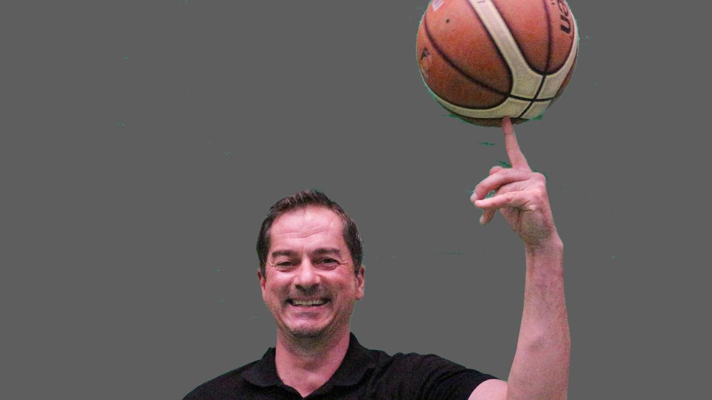 """Spaß am Basketball: Stephan Harlander freut sich auf die künftige Arbeit als Landestrainer. """"Schweren Herzens"""" wird er Abschied von der Senefelder-Schule nehmen, als Trainer der VfL-Baskets bleibt er Treuchtlingen aber auch weiter eng verbunden."""