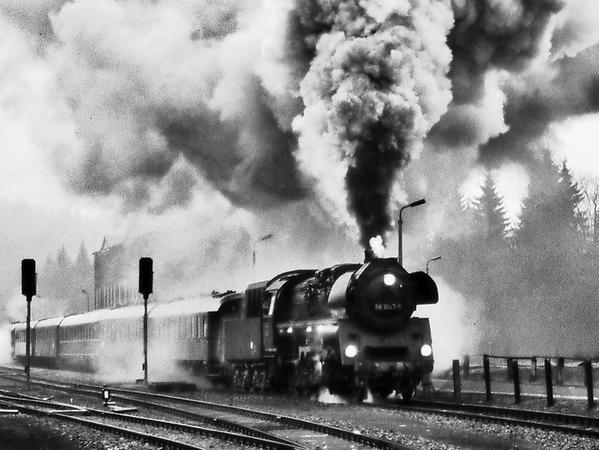 Peter Gisder, ein gebürtiger Pegnitzer, fotografiert seit Jahrzehnten mit Leidenschaft und Können Loks und Züge – am liebsten analog und in klassischem Schwarzweiß. Etwa 35 seiner Eisenbahnbilder sind bald im Deutschen Kameramuseum ausgestellt.