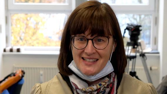 Umwelt- und Gesundheitsreferentin Britta Walthelm berichtet den Medien über ihren Besuch bei Kontaktermittlern, die für das Gesundheitsamt arbeiten.
