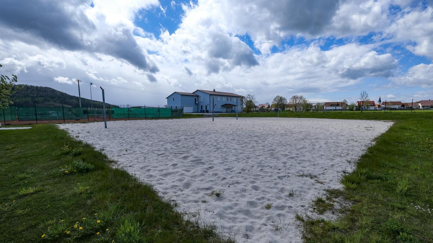Original:Bis das gesellige Leben auf die Sportanlagen der Region zurückkehrt, wird es noch dauern. Aber eine stabile Inzidenz unter 100 im Landkreis würde Vereinen wie dem FSV Berngau neue Freiräume geben.