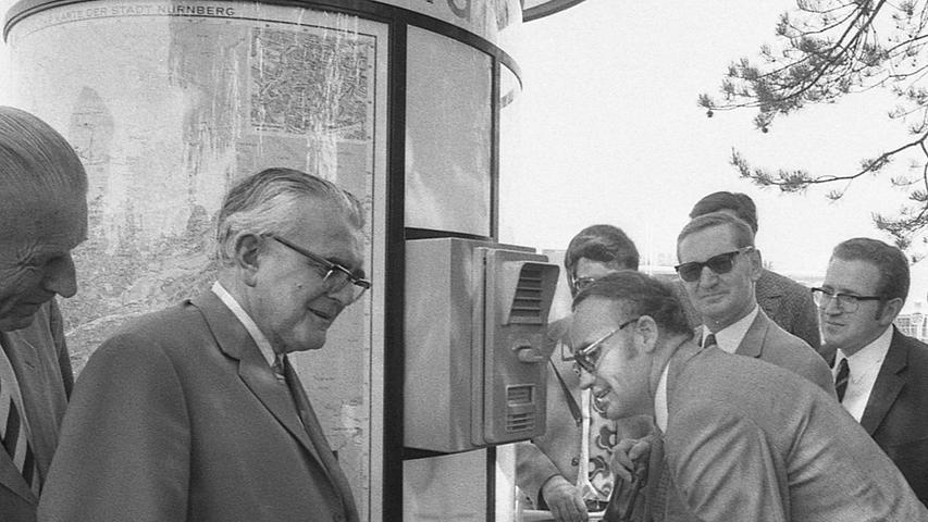 Auf deutsch, englisch und franzößisch kann man von diesen Lotsensäulen an Nürnbergs Ausfallstraßen Informationen über die Stadt erhalten. Die drehbaren Informationsstände geben auch über Zimmer, Abschleppdienste und Autowerkstätten Auskunft. Hier geht es zum Artikel vom 20. Mai 1971:Die Antwort kommt per Knopf.