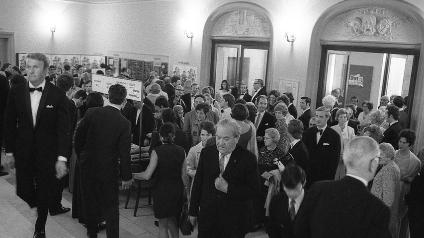 An diesem Wochenende brach ein wahrer Sturm auf die Kunstausstellungen und Museen der Stadt los. Annähernd 18.000 Menschen drängelten sich an den Kassen. Hier geht zum Kalenderblatt vom24. Mai 1971: Ein Massenandrang wie noch nie zuvor.