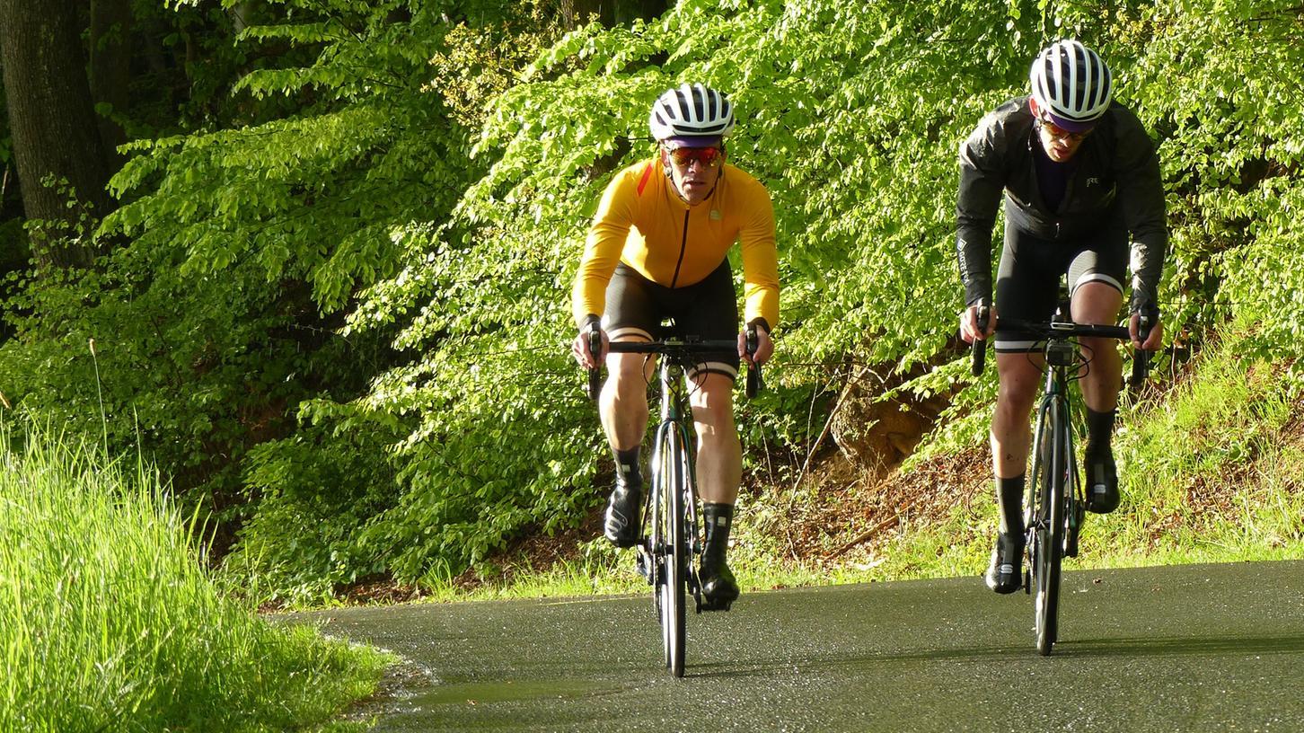 Peter Renner (in gelb) und Wolfgang Voit haben in der Fränkischen und Hersbrucker Schweiz 10.000 Höhenmeter auf dem Rad bewältigt.