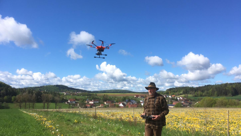 Auf geht's zum Kitzretten: Franz Meier hat sich eine Drohne angeschafft, um Kitze vor dem grausamen Tod in der Mähmaschine zu bewahren.