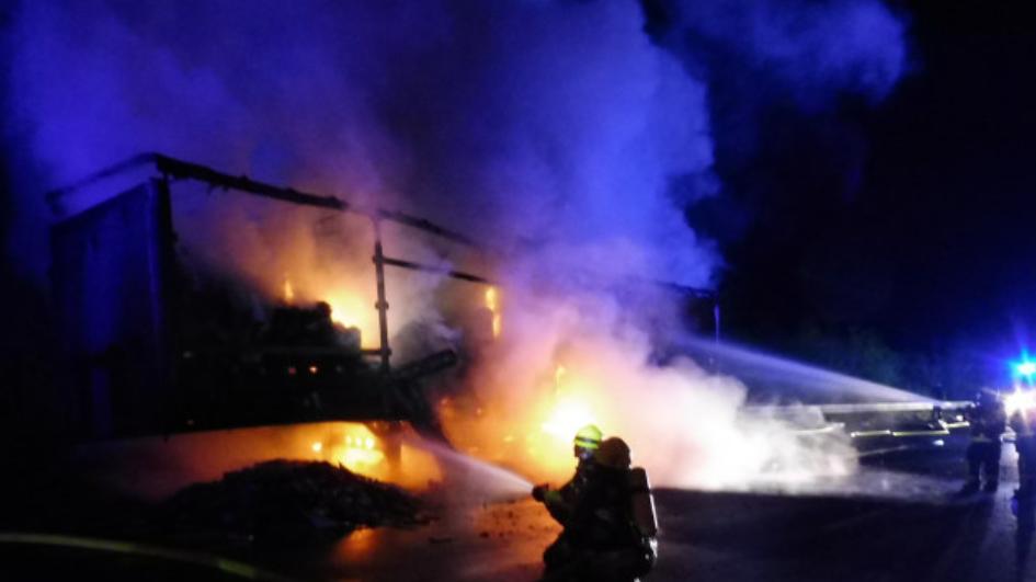 Als die Feuerwehren am Einsatzort eintrafen, brannte der Sattelauflieger bereits lichterloh.