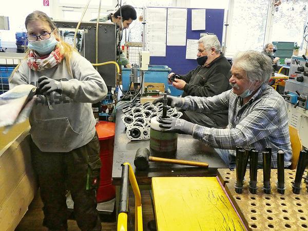 Beschäftigte von Diakoneo bei Arbeiten in der Werkstatt