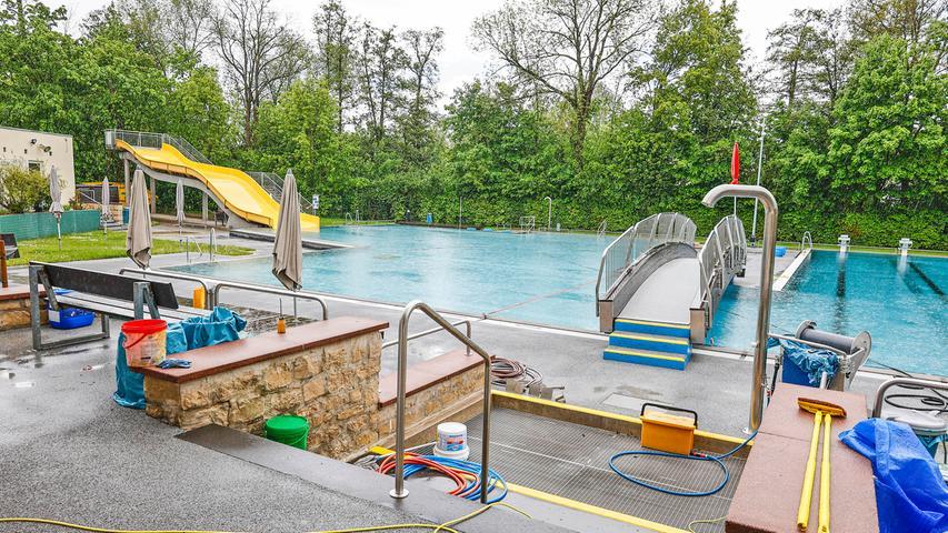 Kurz vor der Wiedereröffnung am 21. Mai: Das Freibad in Herzogenaurach wirdfür die Badesaison vorbereitet.