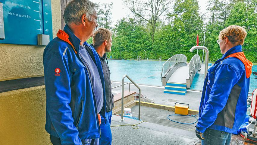 RESSORT: Herzogenaurach B2 Lokales FOTO: HvD MOTIV: Nachdem die Bayerische Staatsregierung verfügt hat, dass in Regionen unter einer 7-Tages-Inzidenz von 100 die Freibäder ab 21. Mai 2021 wieder öffnen dürfen, laufen im Freibad Herzogenaurach trotz strömenden Regens die Vorbereitungen für die Wiedereröffnung des Bades zu diesem Termin, 20. Mai 2021