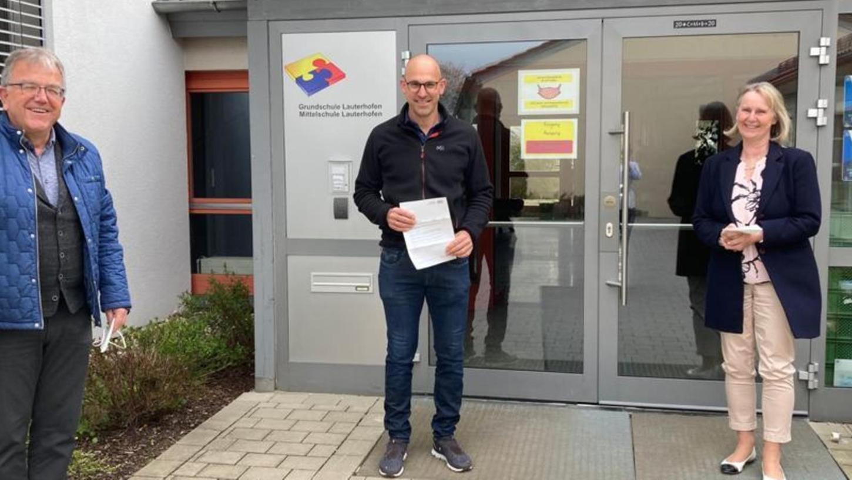 Die für die Lauterhofener Schule zuständige Schulamtsdirektorin Claudia Bauer überreichte Marcus Mederer die Ernennungsurkunde zum Fachberater für Umwelterziehung, was Schulleiter Bernhard Dürr mit Stolz erfüllte.