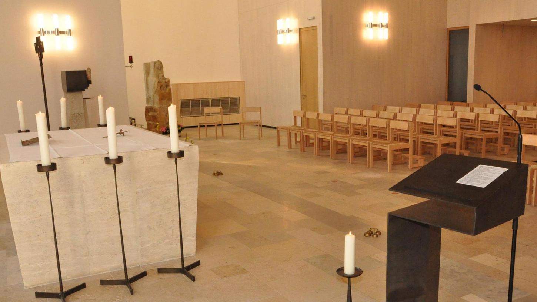 Der Gottesdienstraum ist verkleinert, der Altar näher an die Gemeinde gerückt, Stühle ersetzen die Kirchenbänke. Im hinteren Teil des Kirchenschiffs wurden zwei Geschosse eingezogen. Dort ziehen Büro, Sakristei und andere Funktionsräume ein.