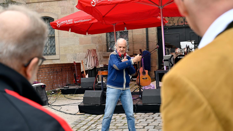 Auch Klaus Karl-Kraus war als Sänger und Kabarettist mit von der Partie im Hof des Schlossgartens.