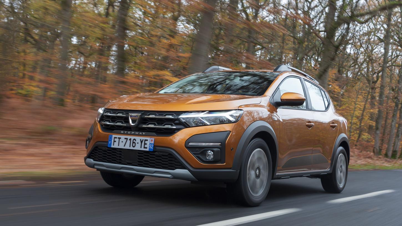 Dacia Sandero Stepway: Mit robusten Details wie Beplankungen, Unterfahrschutz und erhöhter Bodenfreiheit.