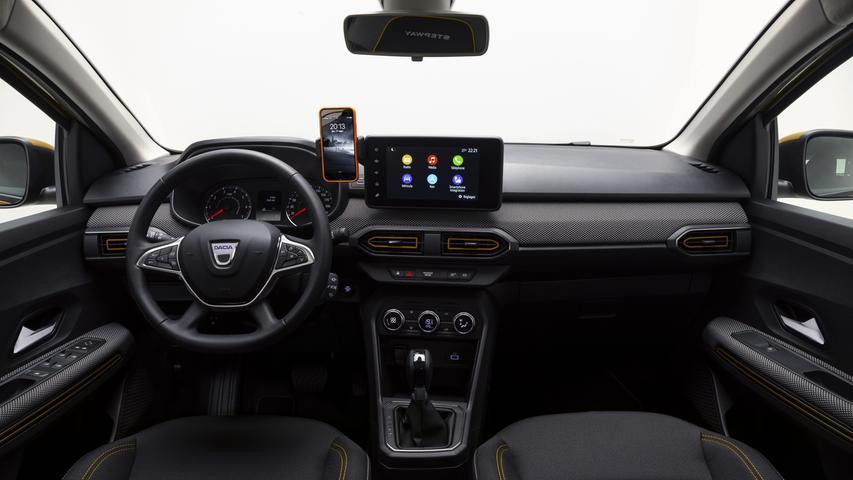 Auf der Mittelkonsole sitzt ein 8-Zoll-Touchscreen, an den sich das Smartphone mitsamt seiner Navigationsfunktionen anschließen lässt, die Handy-Halterung wird serienmäßig mitgeliefert.