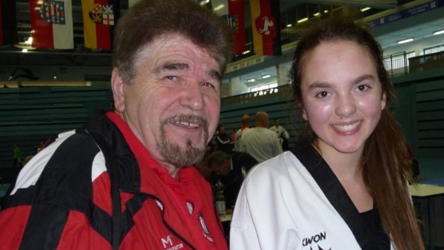 Waren mit der Leistung beim Wiedereinstieg nach langer Turnierpause zufrieden: Trainer Horst Scholz und Taekwondo-Athletin Isabel Beckstein vom SV Nennslingen.