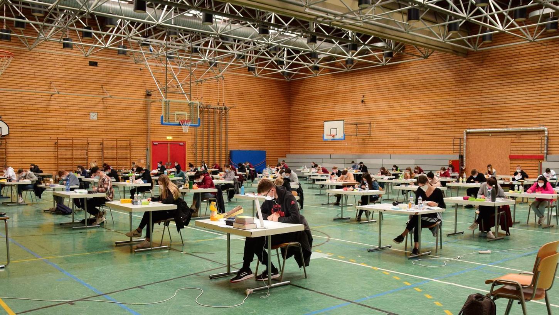 Die 61 Abiturienten, die in diesem Jubiläums-Jahr an der Senefelder-Schule Abitur schreiben, fanden sich amFreitag, 21. Mai, in der Dreifach-Turnhalle zur dritten schriftlichen Abiturprüfung ein.