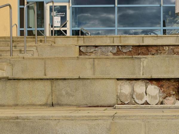 Das Wetter im Winter spielt in jedem Jahr eine große Rolle bei der Frage, wie viel vor dem Beginn der Freibadsaison zu machen ist. Diese drei Steinplatten an der Sonnenterasse haben sich an einem Tag mit Platzregen gelöst.